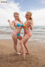beth-m-dolly-p-busty-beach-duo-118